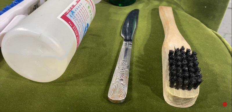 برس و چاقوی مناسب برای تمیز کردن مبل مخمل