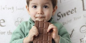 پاک کردن لکه شکلات از مبل