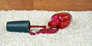 پاک کردن لاک ناخن از روی مبل