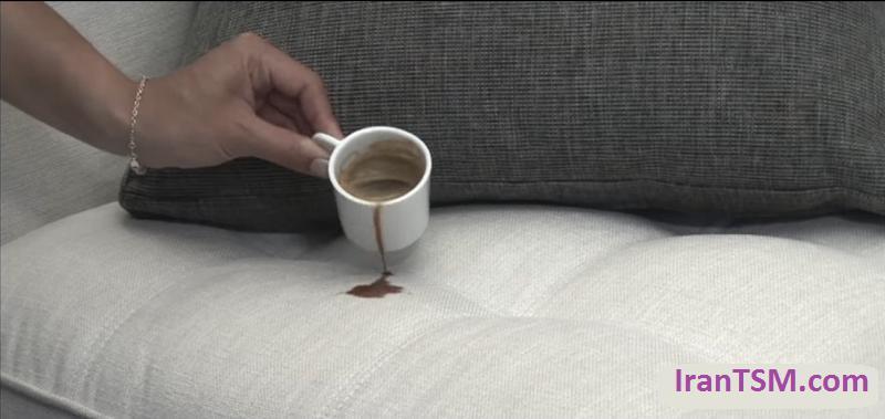 ریختن چای بر روی مبل