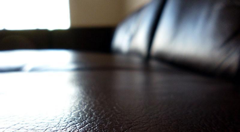 مبل چرمی زیر نور خورشید